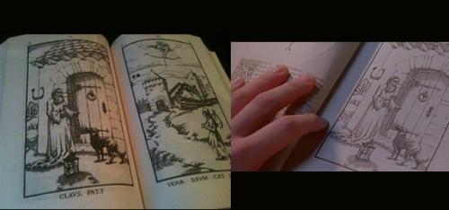 A la izquierda, el grabado del viejo en el libro; a la derecha, en manos de Corso durante su investigación.